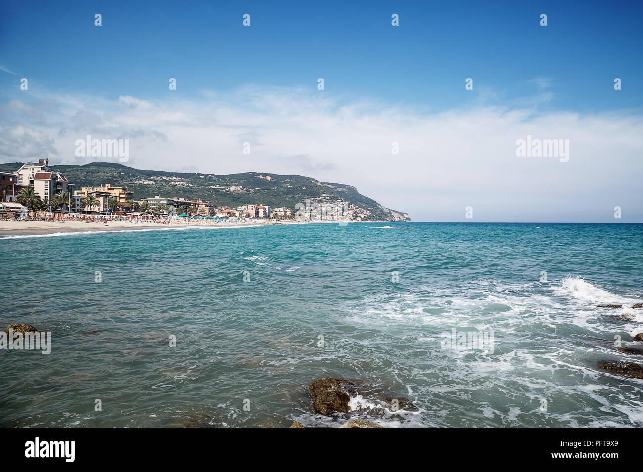 Bellissimo Paesaggio Marino Spiaggia Di Ghiaia E Il Mare Azzurro
