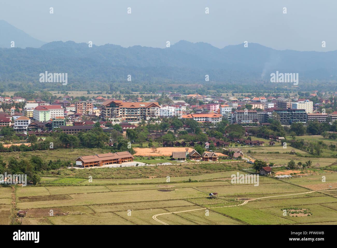 Bellissima vista della città e i campi di cui sopra in Vang Vieng, Provincia di Vientiane, Laos, in una giornata di sole. Immagini Stock