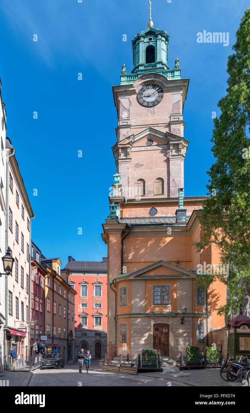 Storkyrkan (Cattedrale di Stoccolma) alla fine della strada Trångsund, Gamla Stan (Citta vecchia), isola Stadsholmen, Stoccolma, Svezia Immagini Stock