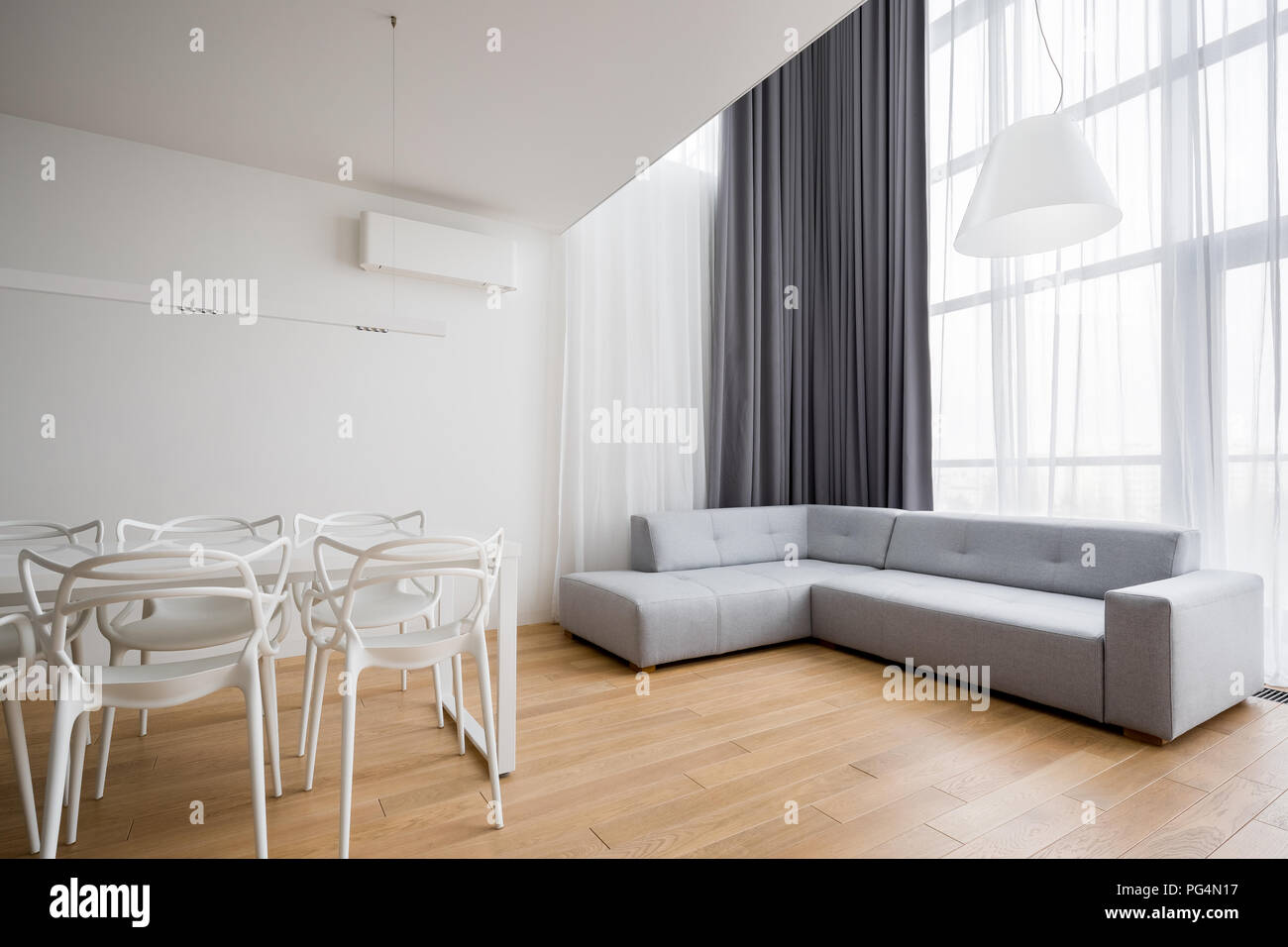 Home interno con divano ad angolo e nuovo design sedie bianche Foto ...