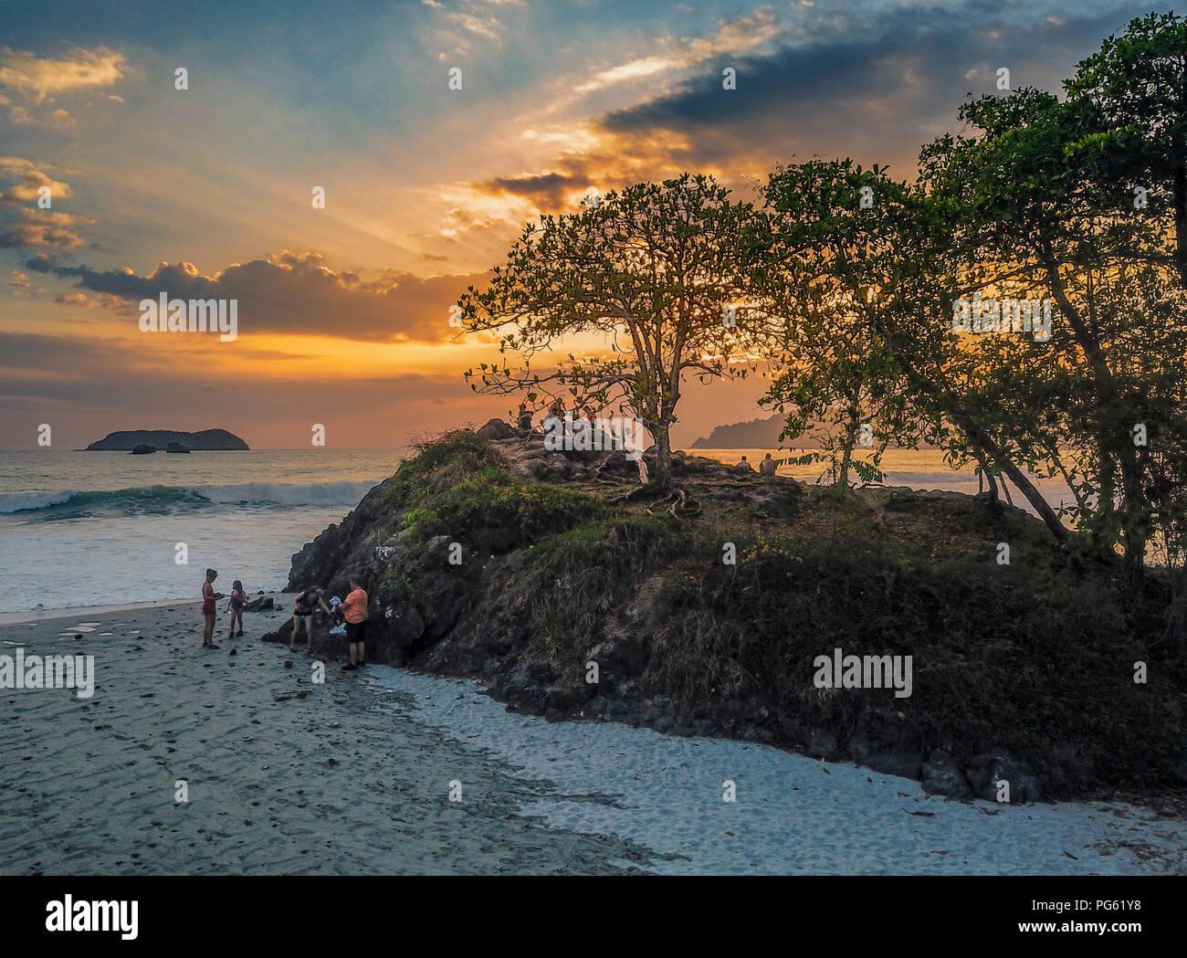 Le persone che si godono il tramonto sulla spiaggia, parco nazionale di Corcovado, Osa Peninsula, Costa Rica. Questa immagine viene girato utilizzando un drone. Immagini Stock
