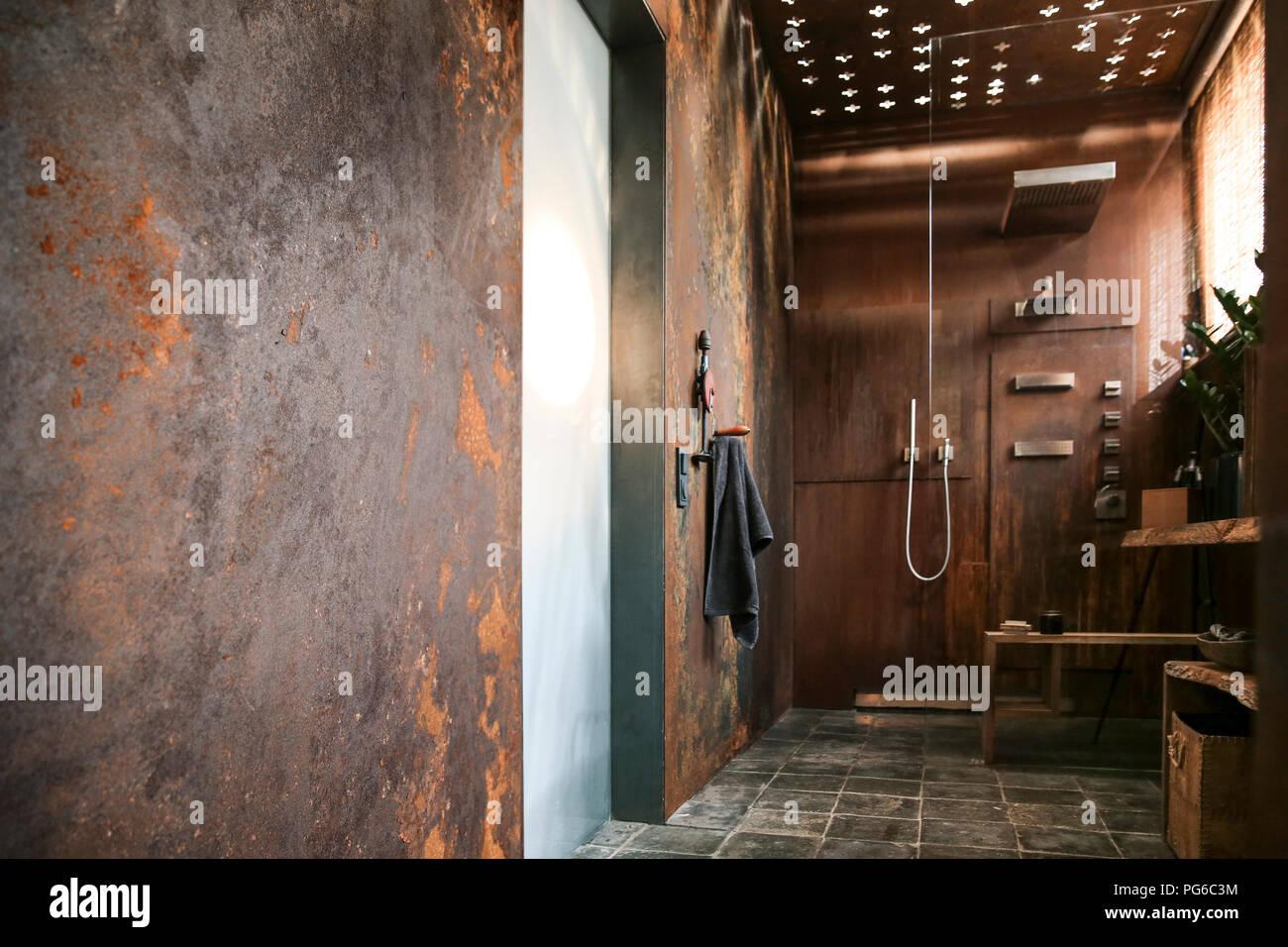 Bagno moderno con acciaio corten rivestimento pareti e soffitto