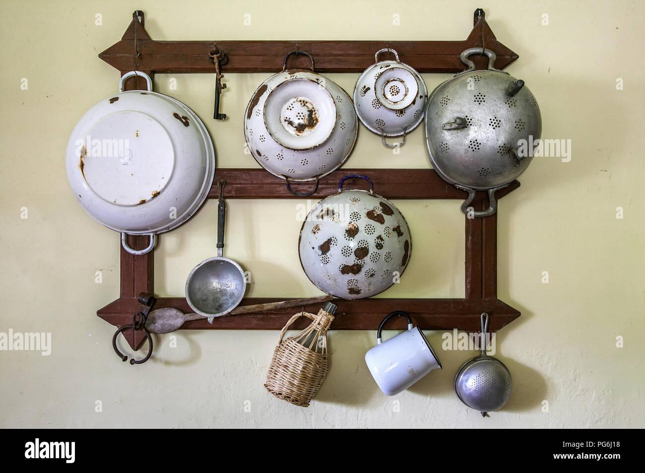 Vecchi Utensili Da Cucina In Metallo Immagini & Vecchi Utensili Da ...