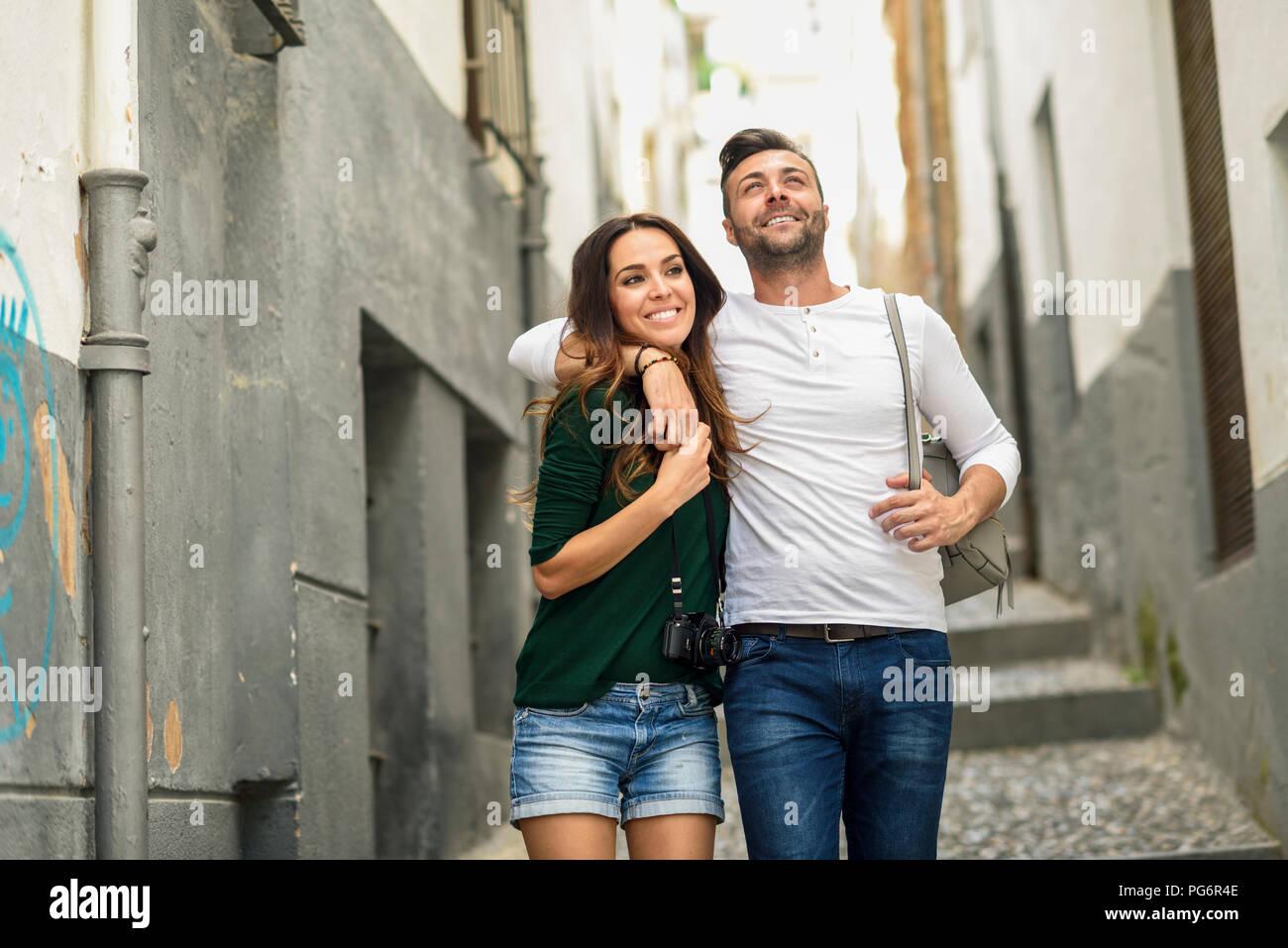 Felice coppia turistici passeggiate in città Immagini Stock