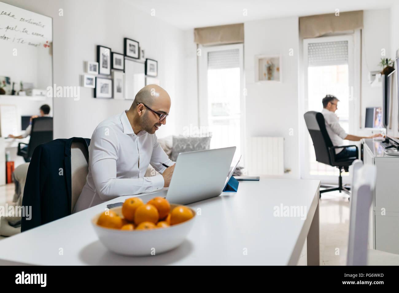 Due uomini al lavoro in ufficio a casa Immagini Stock