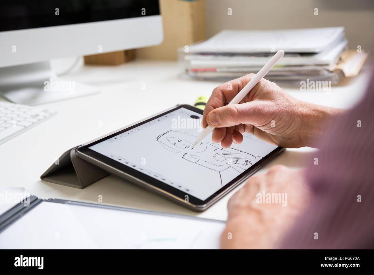 Disegno Uomo Alla Scrivania : Close up di uomo che lavora alla scrivania in ufficio disegno