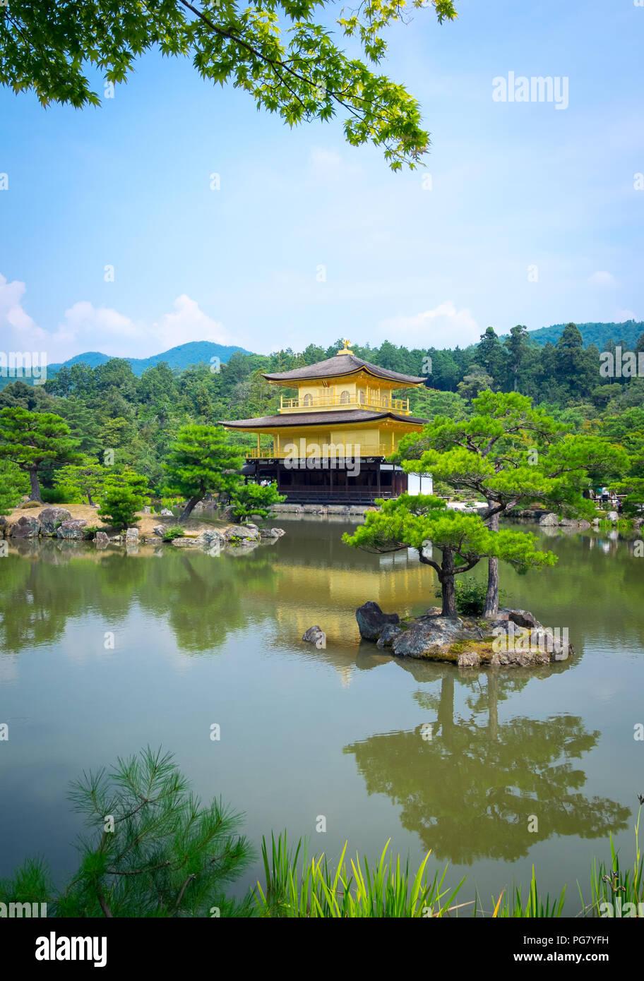 Kinkaku-ji (noto anche come Kinkakuji o Rokuon-ji), il Tempio del Padiglione Dorato, è famoso Zen tempio Buddista situato a Kyoto, in Giappone. Immagini Stock