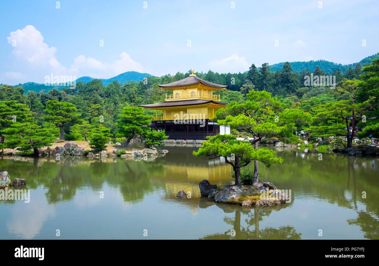 Kinkaku-ji (noto anche come Kinkakuji o Rokuon-ji), il Tempio del Padiglione Dorato, è famoso Zen tempio Buddista situato a Kyoto, in Giappone. Foto Stock