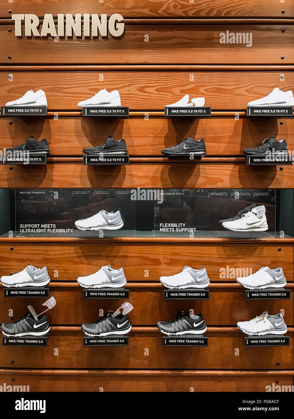 Nike Training display cassoncino di pulizia in un Nike Store. Immagini Stock 012bf163a61