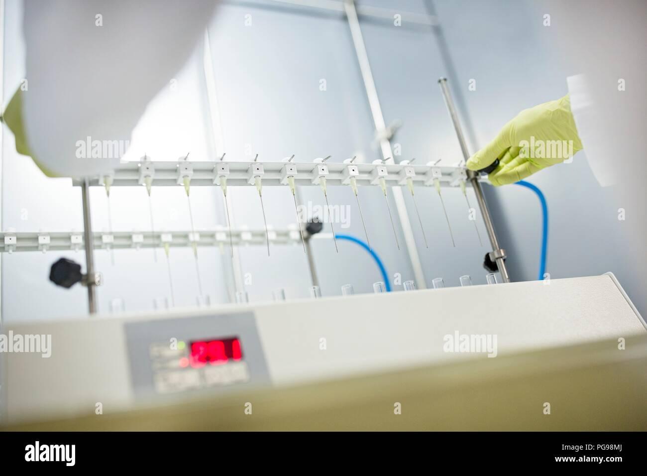 Estrazione in Fase Solida (SPE) colonne essendo posizionato su un supporto. Sds è utilizzato per separare i composti biologici da una miscela per ulteriori analisi. Immagini Stock