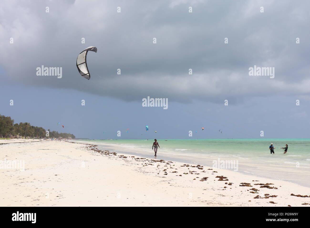 Storm cloud al di sopra del turquise oceano Indiano di Zanzibar Immagini Stock