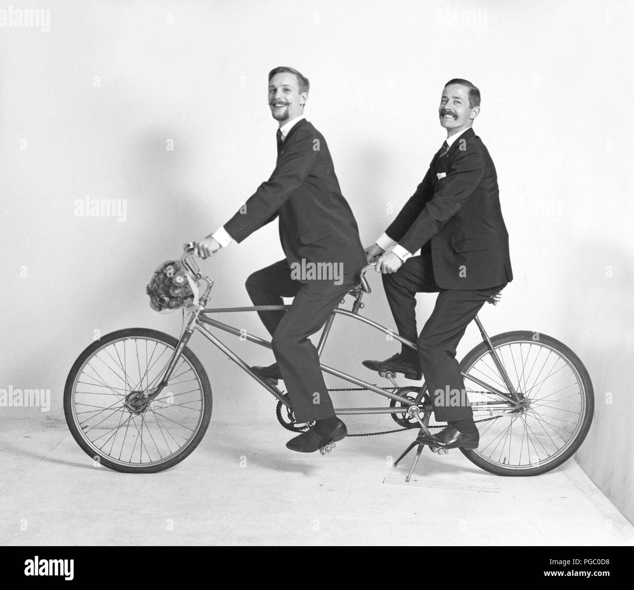 Anni Sessanta Ciclista Due Uomini Sono Seduti Och Una Bicicletta In