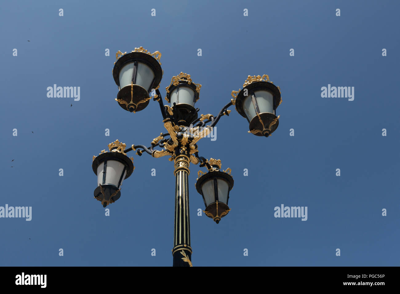 La luce post con cielo blu sullo sfondo. vintage outdoor luci di