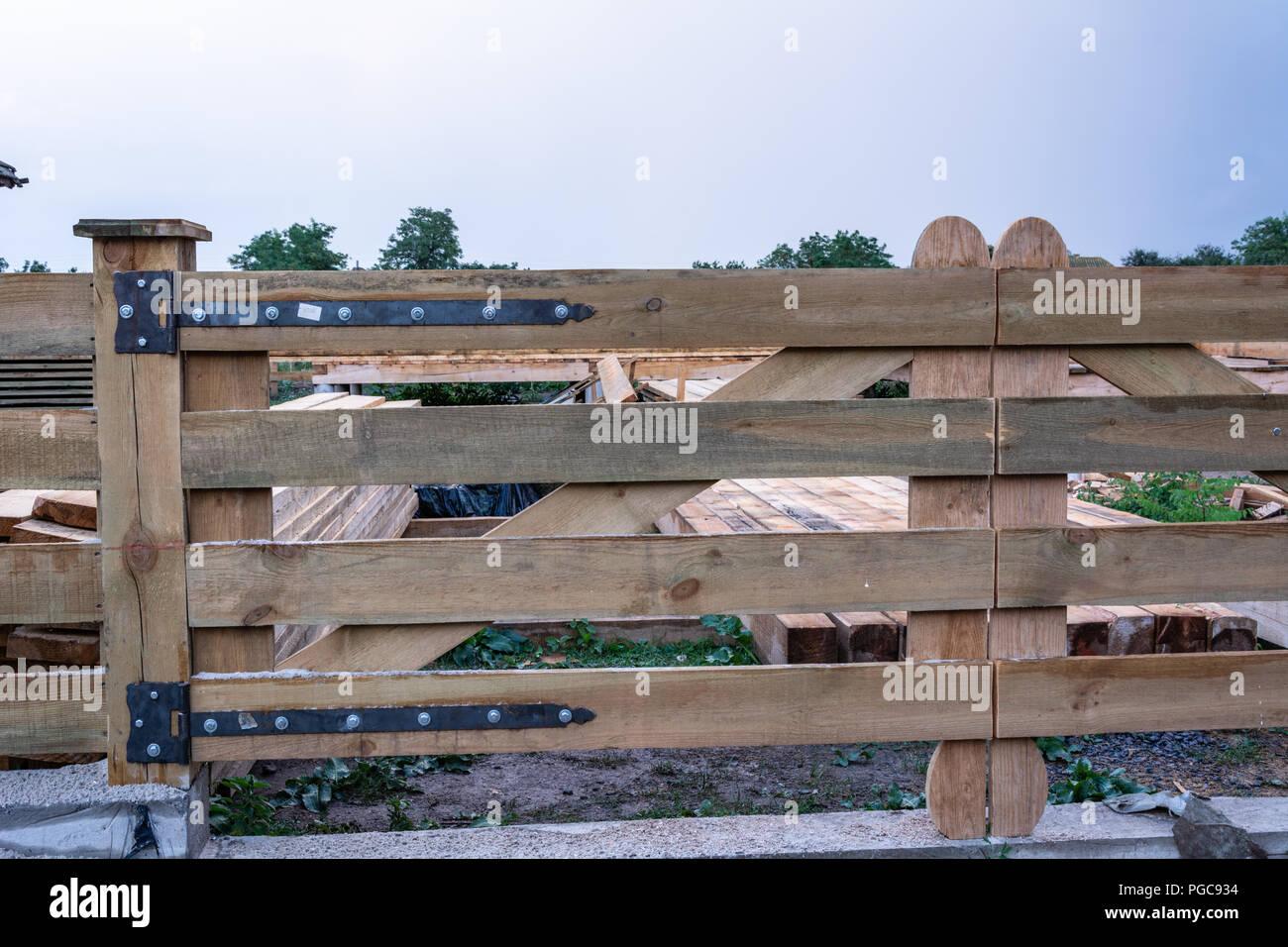 Cerniere Per Cancelli Di Legno : Cerniere forgiato su un cancello di legno contro uno sfondo di