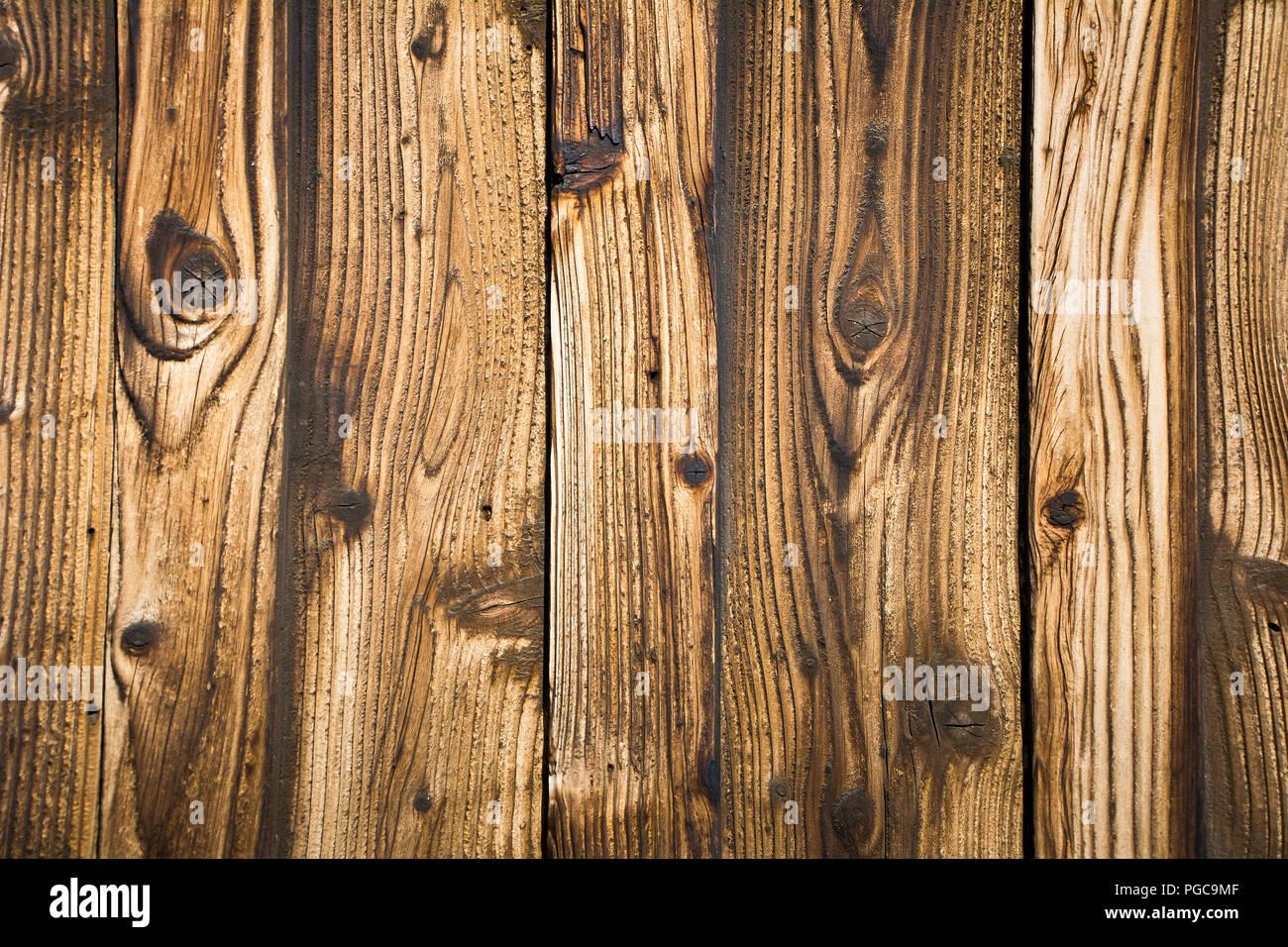 Un frammento di un vecchio muro in legno di un edificio. Sfondo. Texture. 181e3b174419