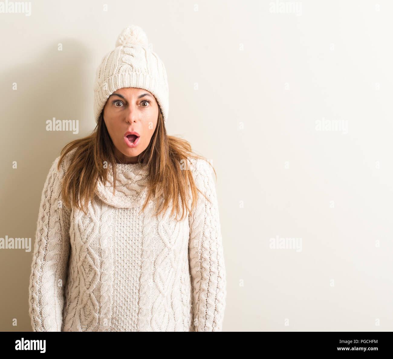 Medioevo donna che indossa la lana Cappello invernale paura in stato di  shock con una faccia a sorpresa 45c752091c88