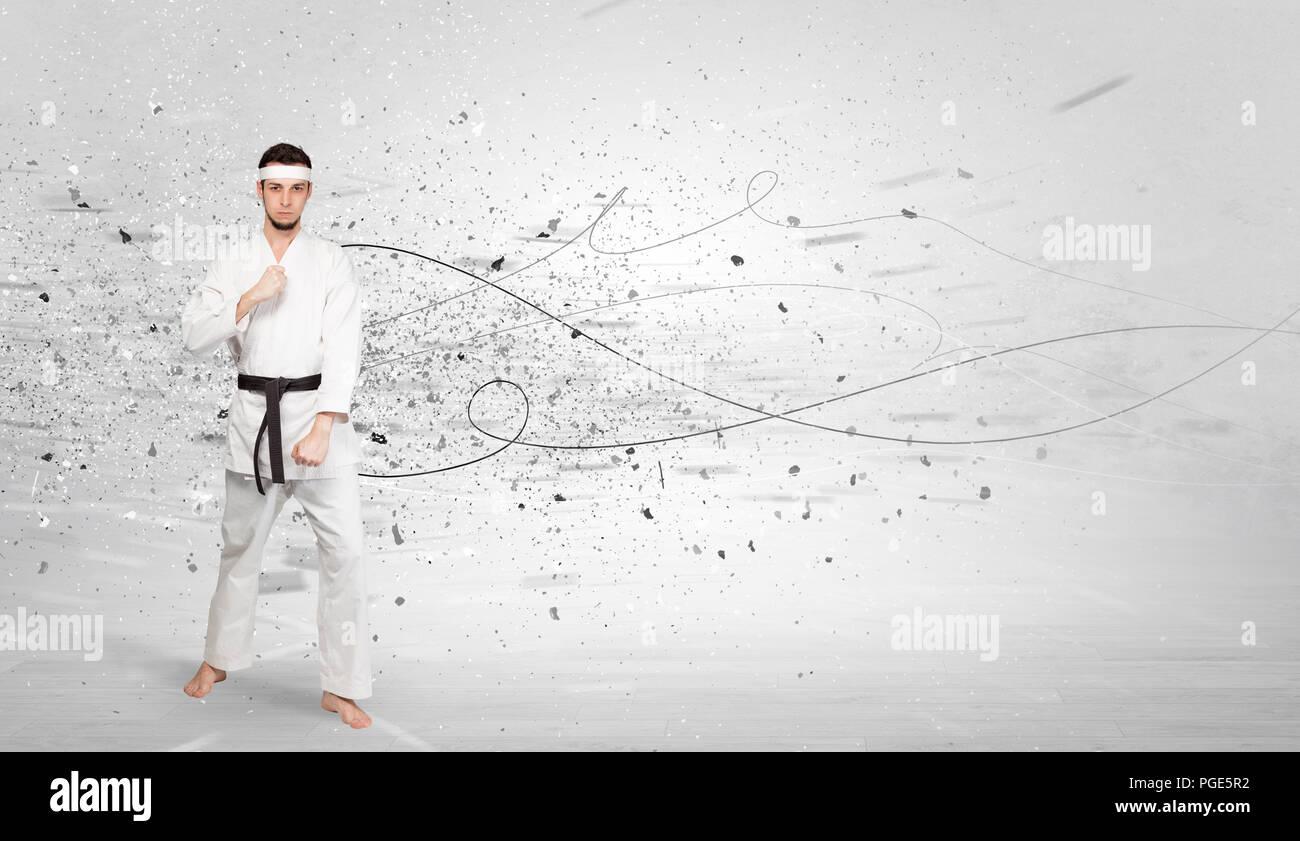 Giovane istruttore di karate karate facendo trucchi con concetto caotico Immagini Stock