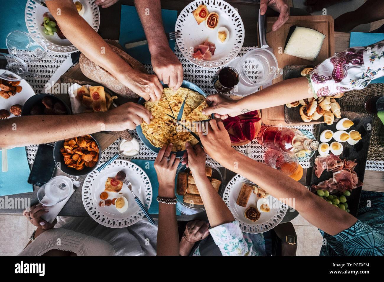 Food Catering Cucina Gourmet culinario Party Cheers concetto amicizia e la cena insieme. telefoni cellulari sulla tabella, il motivo e lo sfondo colorfu Immagini Stock