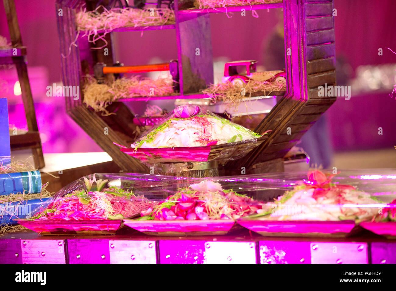 Splendidamente decorate catering tabella per banchetti con una varietà di alimenti diversi spuntini e stuzzichini sulla festa-evento o celebrazione di matrimonio Foto Stock