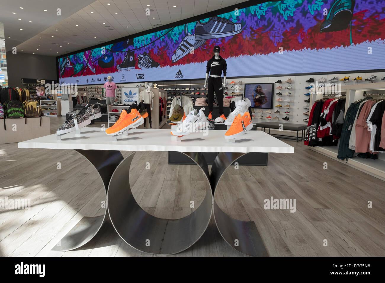 5549721dcb Un display di Nike scarpe da ginnastica per la vendita a calci USA, un  negozio