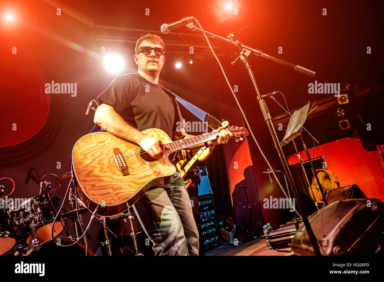 Band esegue sul palco musica rock concerto in una discoteca