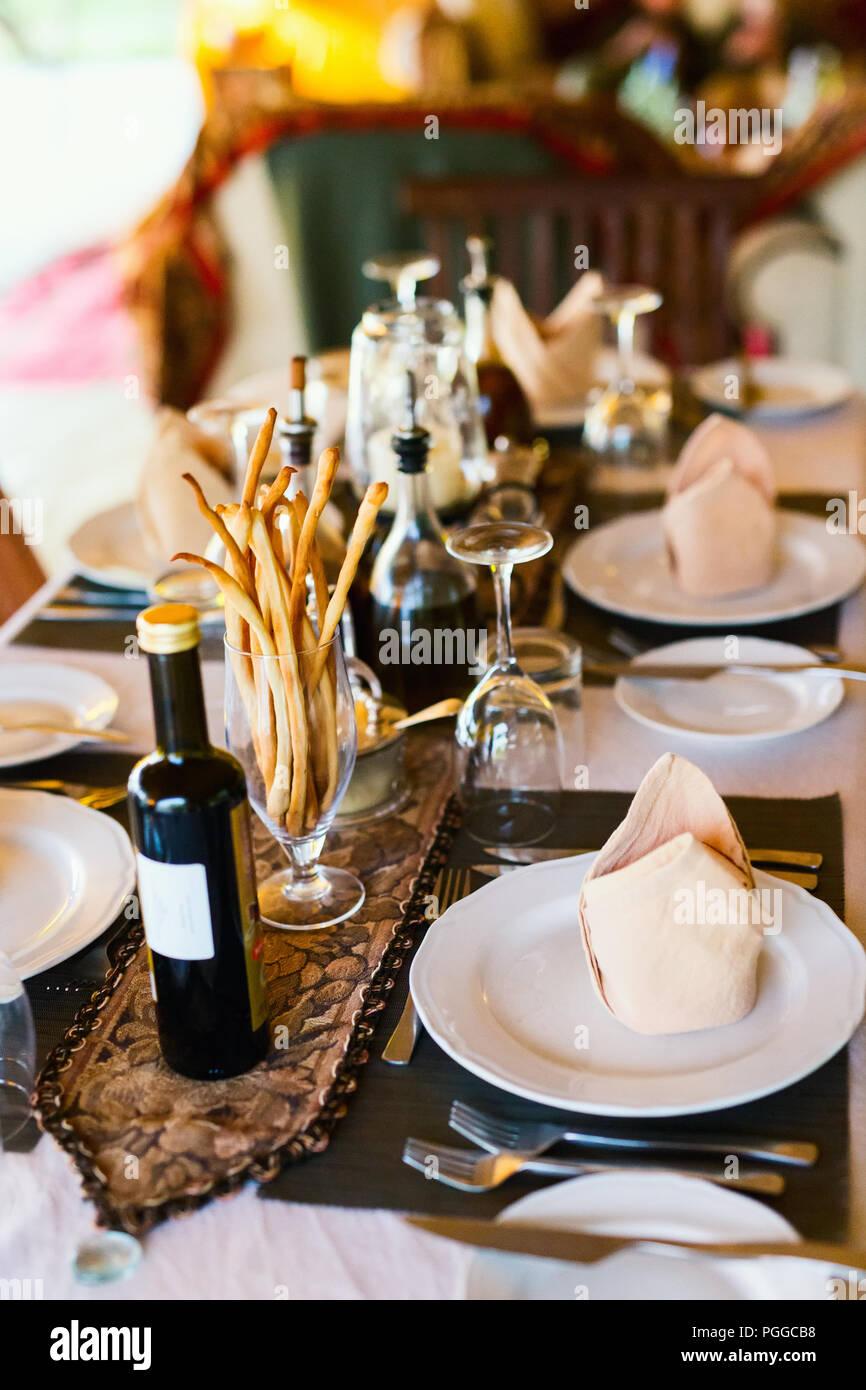 Impostazione tabella in un ristorante per una romantica cena o pranzo Immagini Stock