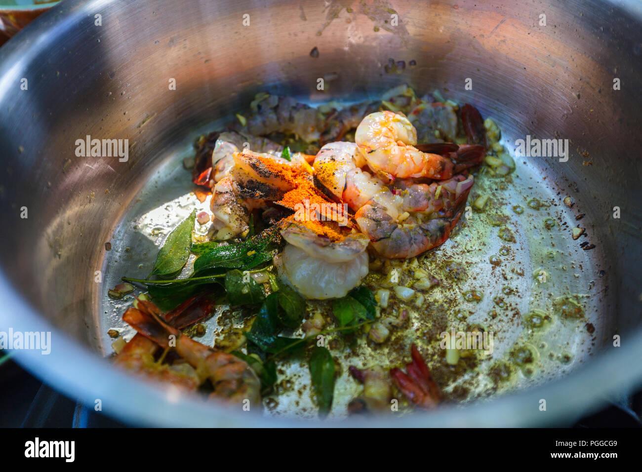 Preparazione di tradizionali dello Sri Lanka piatto al curry con gamberi a lezioni di cucina Immagini Stock
