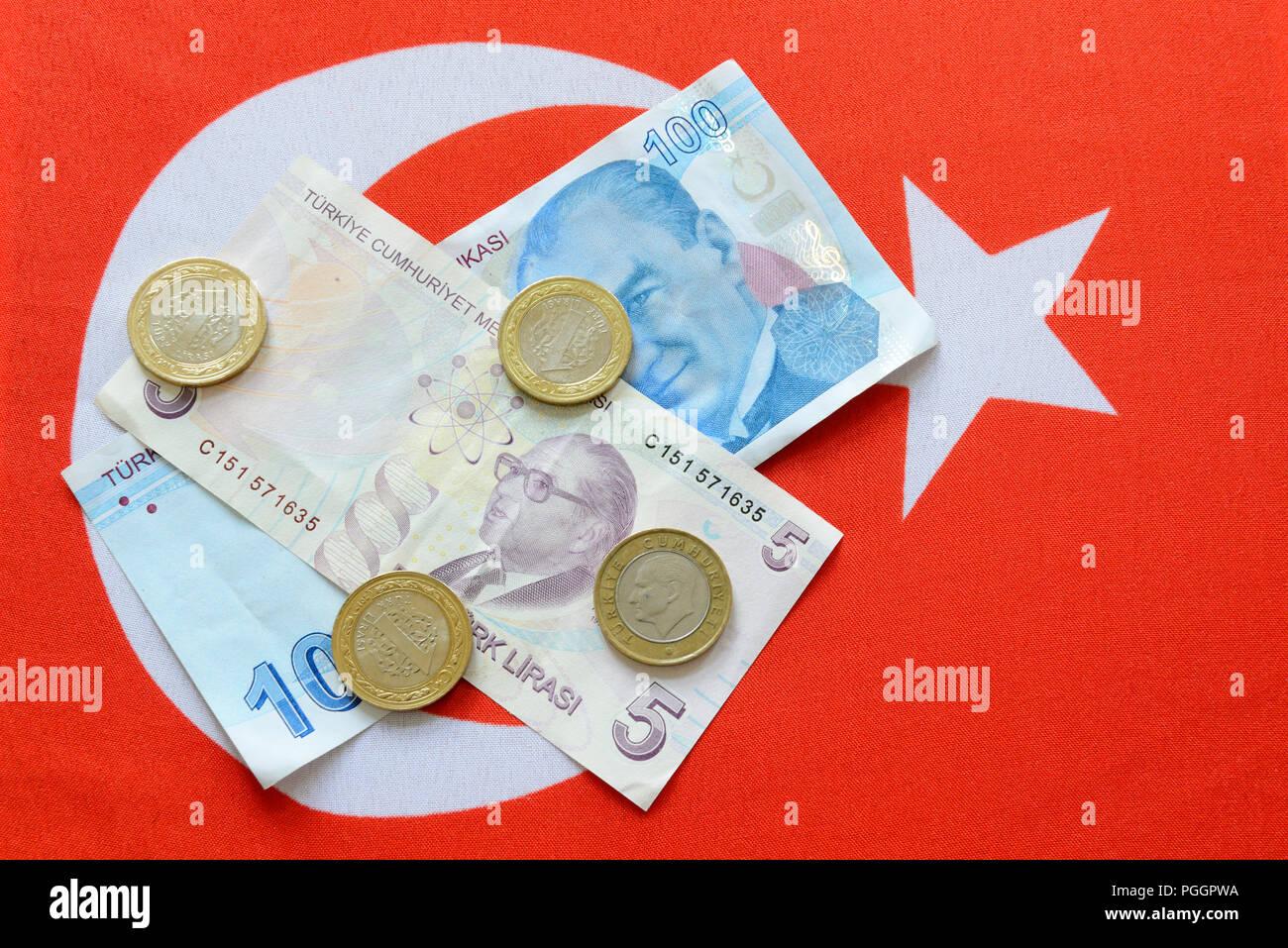 La Lira turca di banconote e monete sulla bandiera turca. La Lira turca è la moneta nazionale della Turchia. Immagini Stock