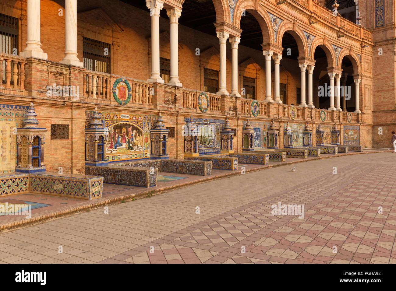 Siviglia, Piazza di Spagna ( Plaza de Espana) e architettura decorativa noto come azulejo Foto Stock