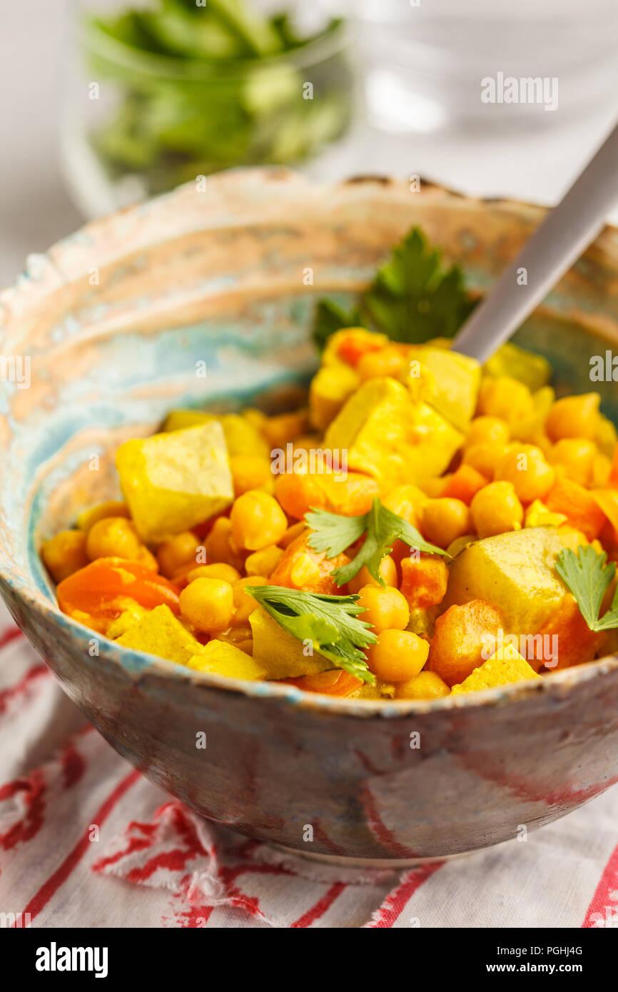 Vegano ceci verdure al curry con latte di cocco e coriandolo. Pulire il concetto di mangiare. Immagini Stock