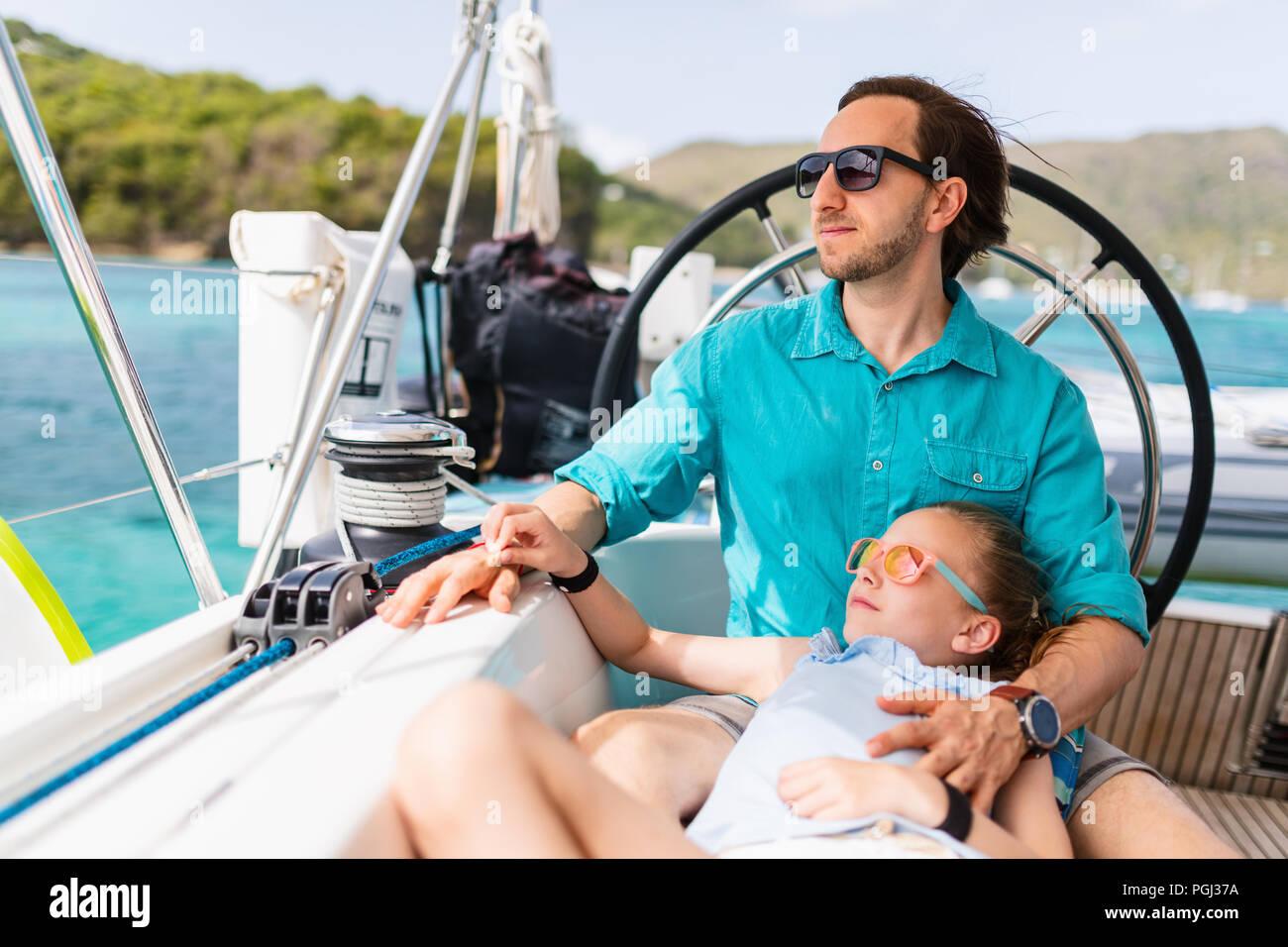 Padre e figlia a bordo di yacht a vela avente estate Viaggi avventura Foto Stock