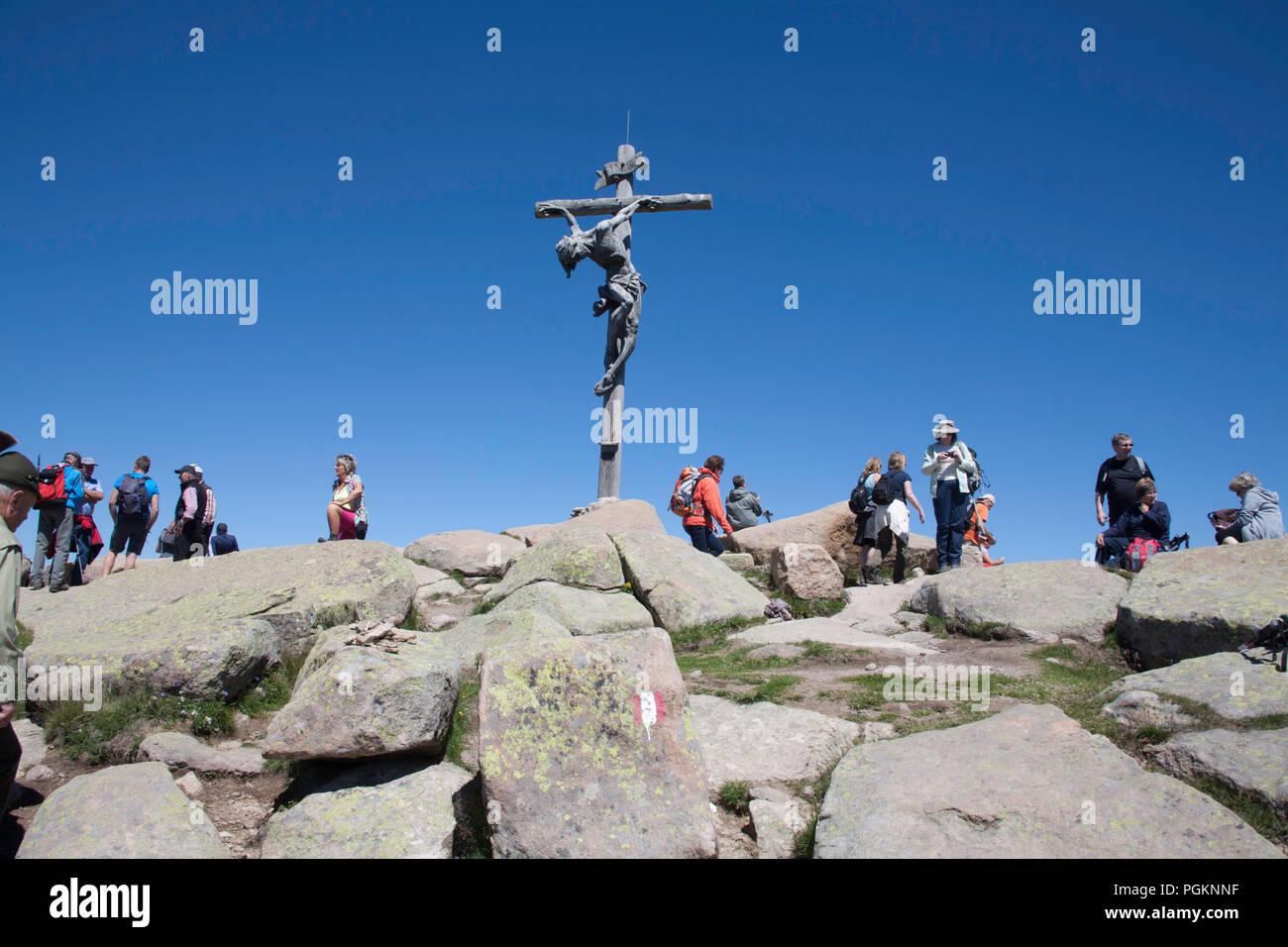 Crocifisso in legno al vertice del Rasciesa di fuori sopra la Val Gardena Estate Dolomiti Italia Immagini Stock