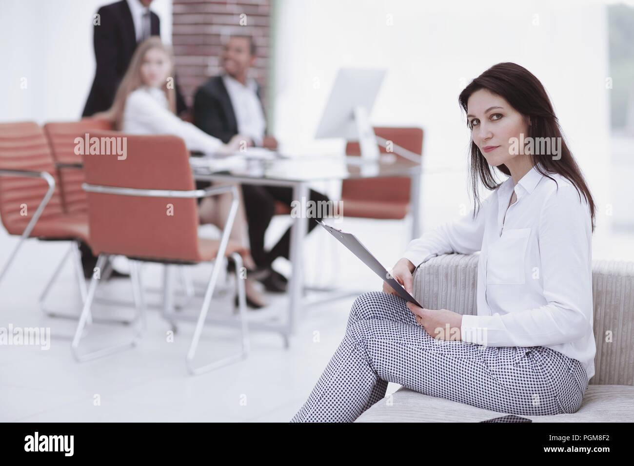 Executive business donna con documenti sullo sfondo dell'ufficio Immagini Stock