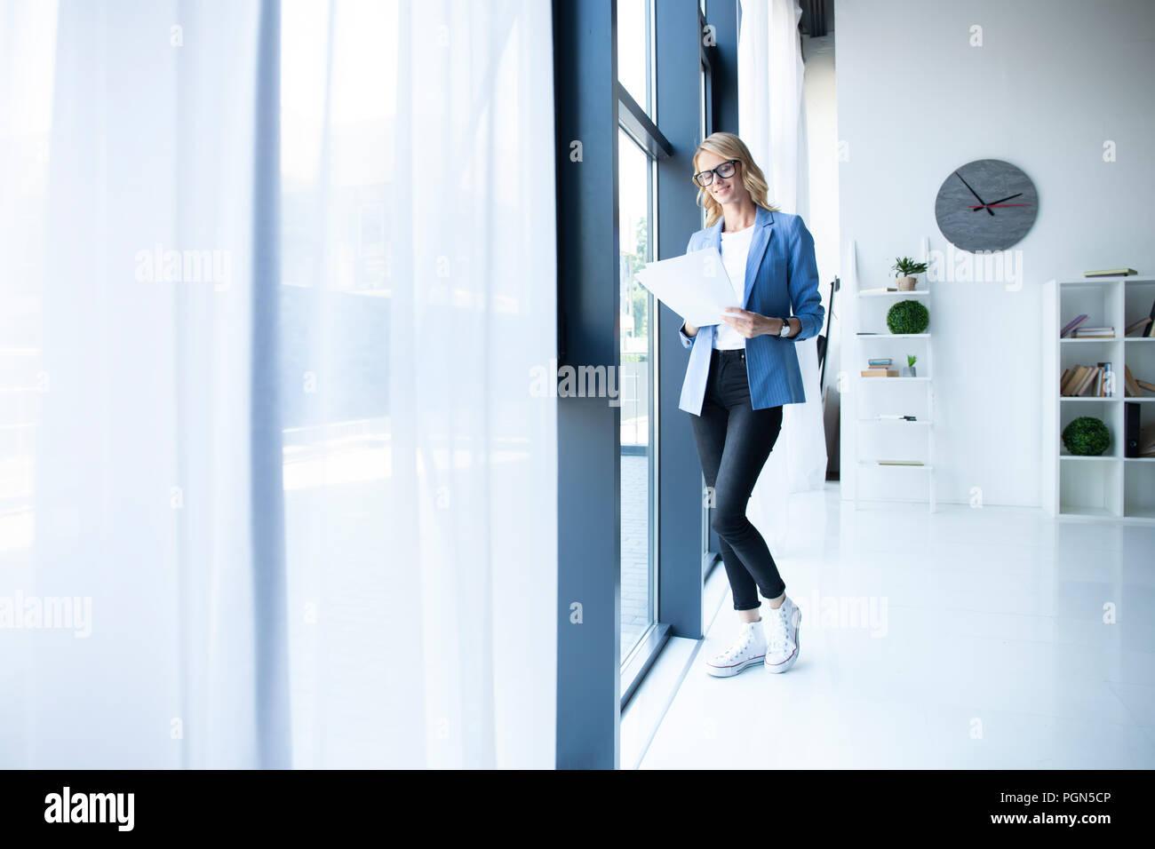 Moderno business woman in ufficio con una copia dello spazio. Immagini Stock