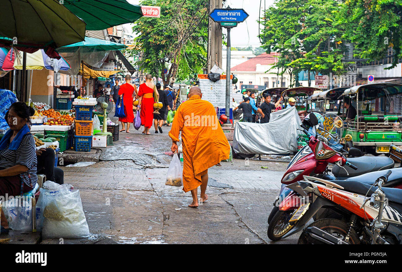 Monaco buddista che trasportano alms Bangkok in Thailandia Immagini Stock