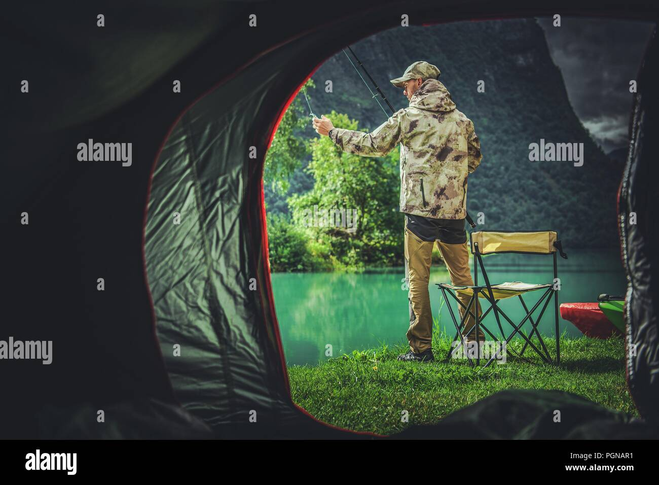 La pesca Camping Weekend. Pescatore caucasica davanti alla sua tenda. Immagini Stock
