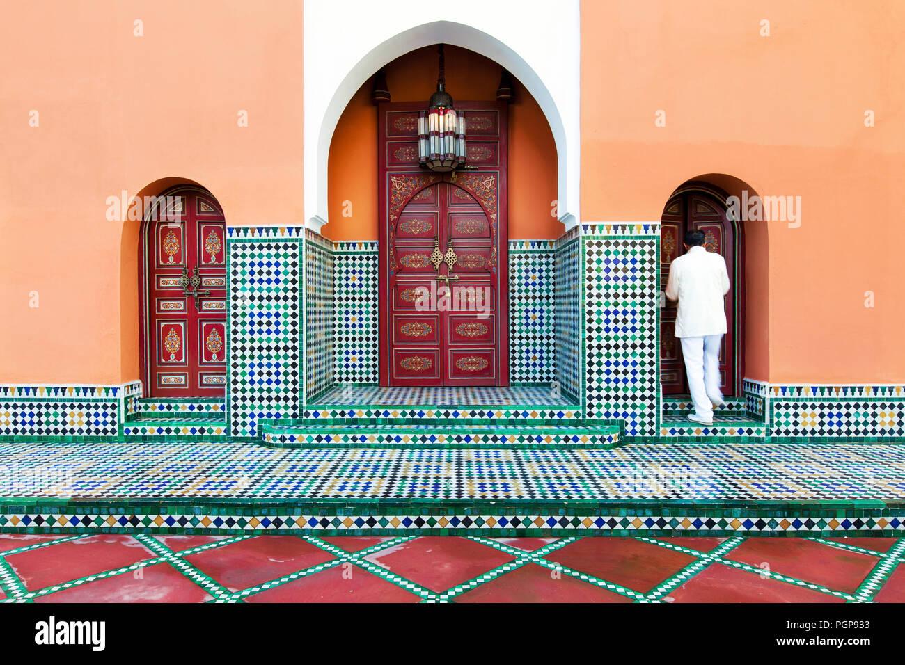In piastrelle marocchine esterno con archi multipli e ornato da