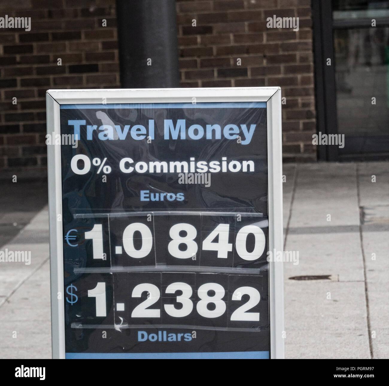 Tavel denaro, Euro e Dollari, tasso di cambio contro sterlina. Segno esterno high street lo scambio di denaro. Regno Unito. Agosto 2018 Immagini Stock