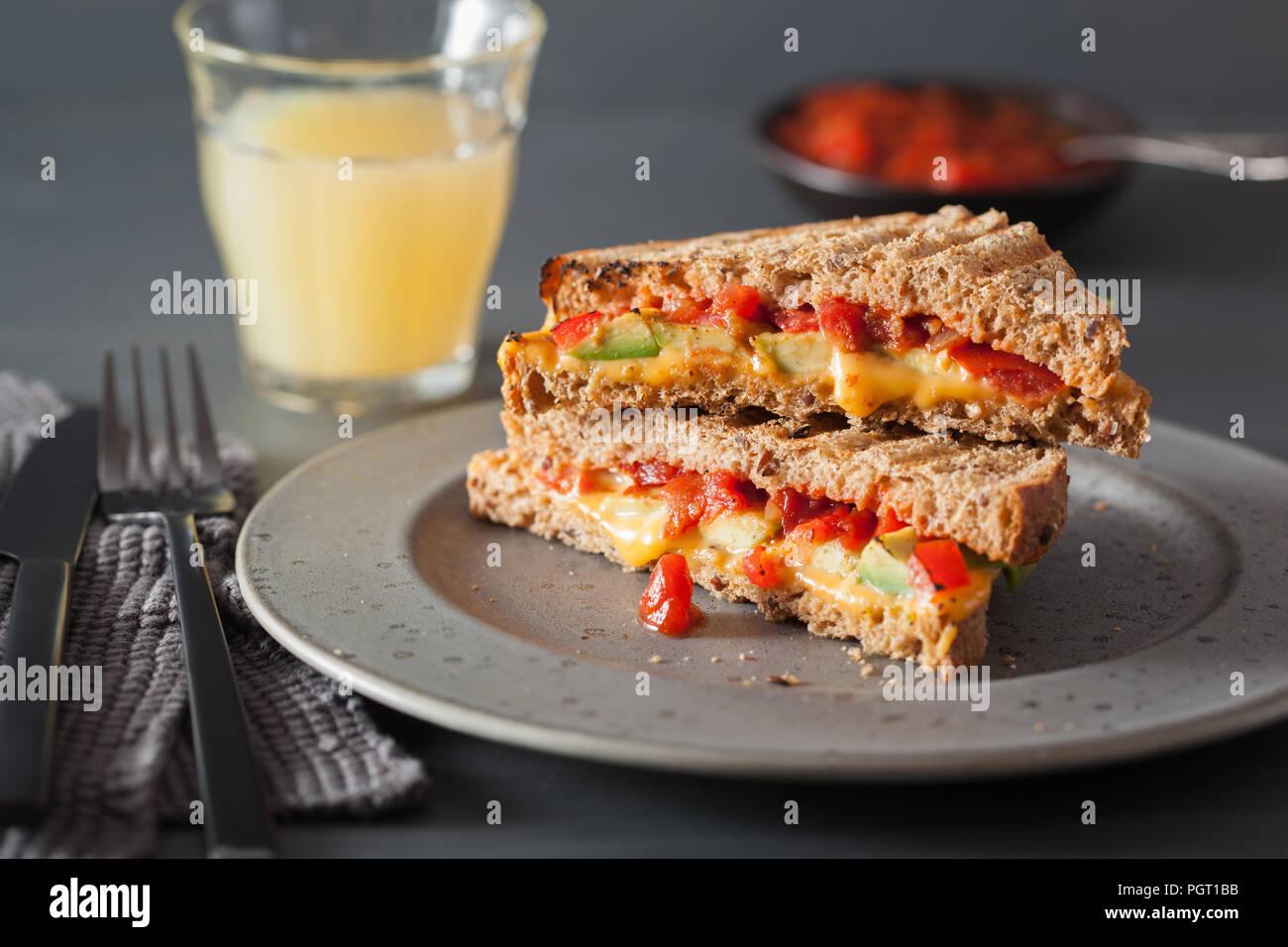 Formaggio alla griglia in sandwich con avocado e pomodoro Foto Stock