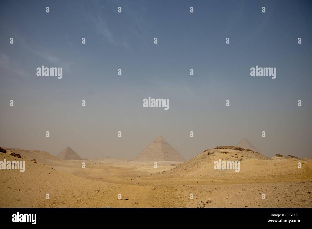 Piramidi nebuloso da una posizione lontana, il Cairo, Egitto Immagini Stock