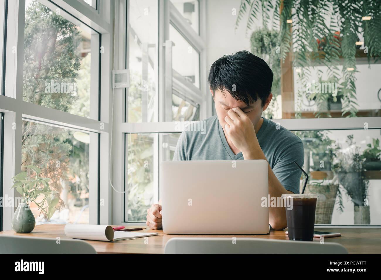 Libero professionista uomo lavora online a casa sua. Immagini Stock