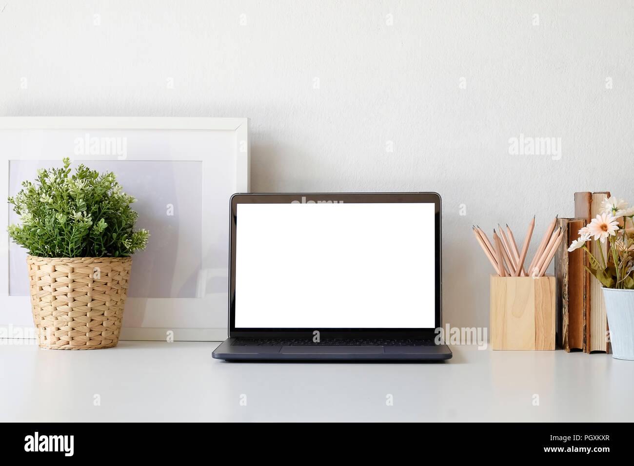 Tavolo Ufficio Bianco : Area di lavoro scrivania da ufficio con computer portatile impianto