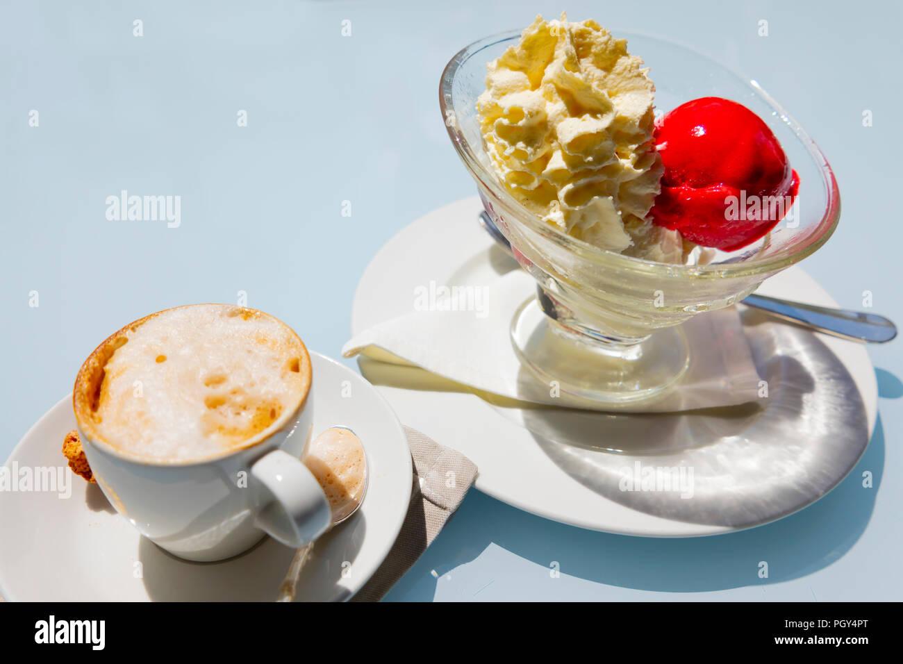 Cappuccino e Caffè gelato in una ciotola Immagini Stock