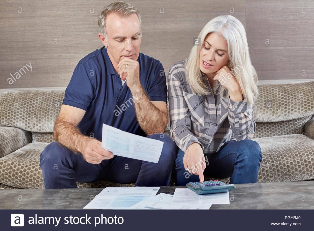 Coppia coppia sposata che lavora da casa insieme. Immagini Stock