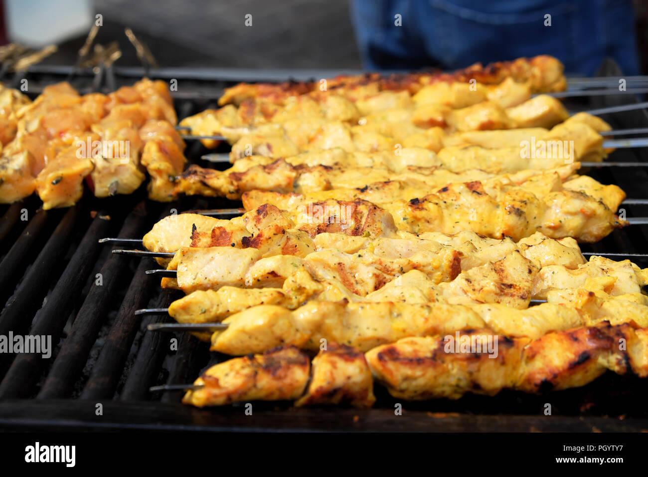 Kebab per la cottura sulla griglia a Kebab persiano su Paul Street in Shoreditch East London REGNO UNITO KATHY DEWITT Immagini Stock