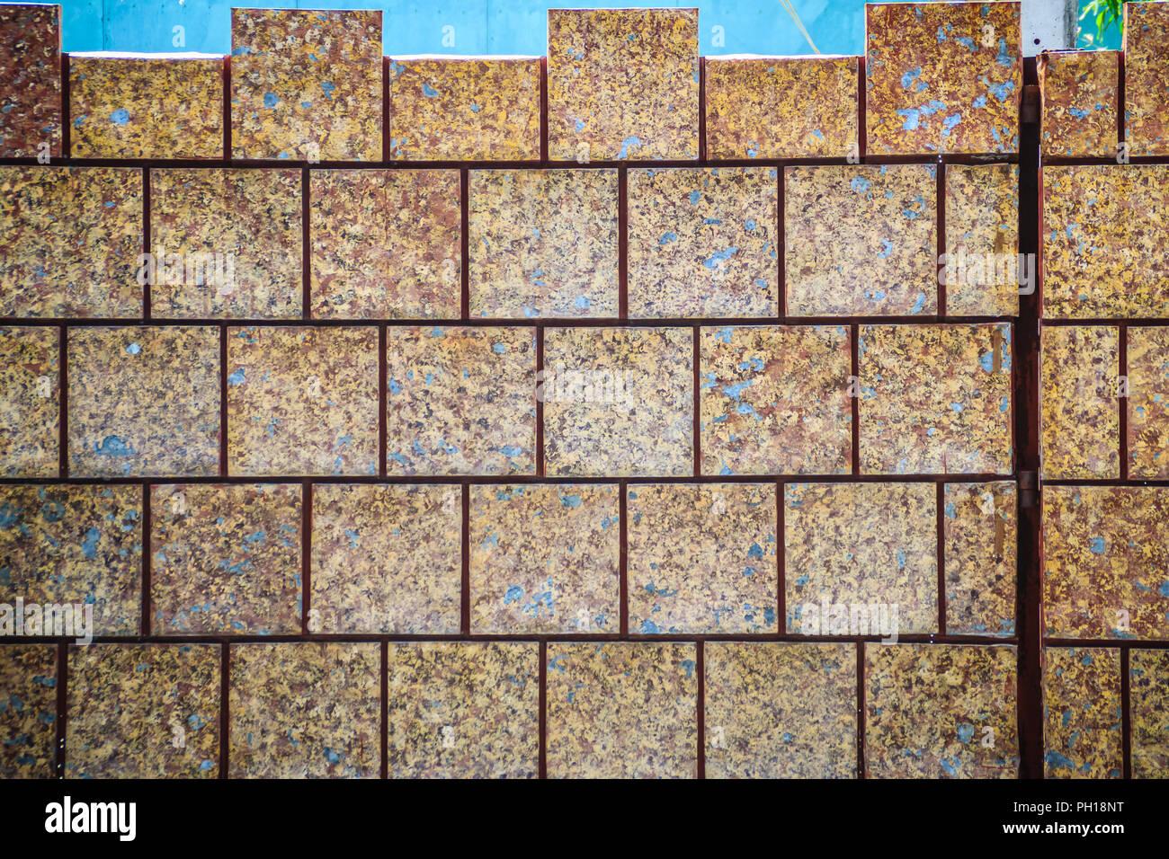 Rosolare le piastrelle di ceramica modellato in sporco laterite muro