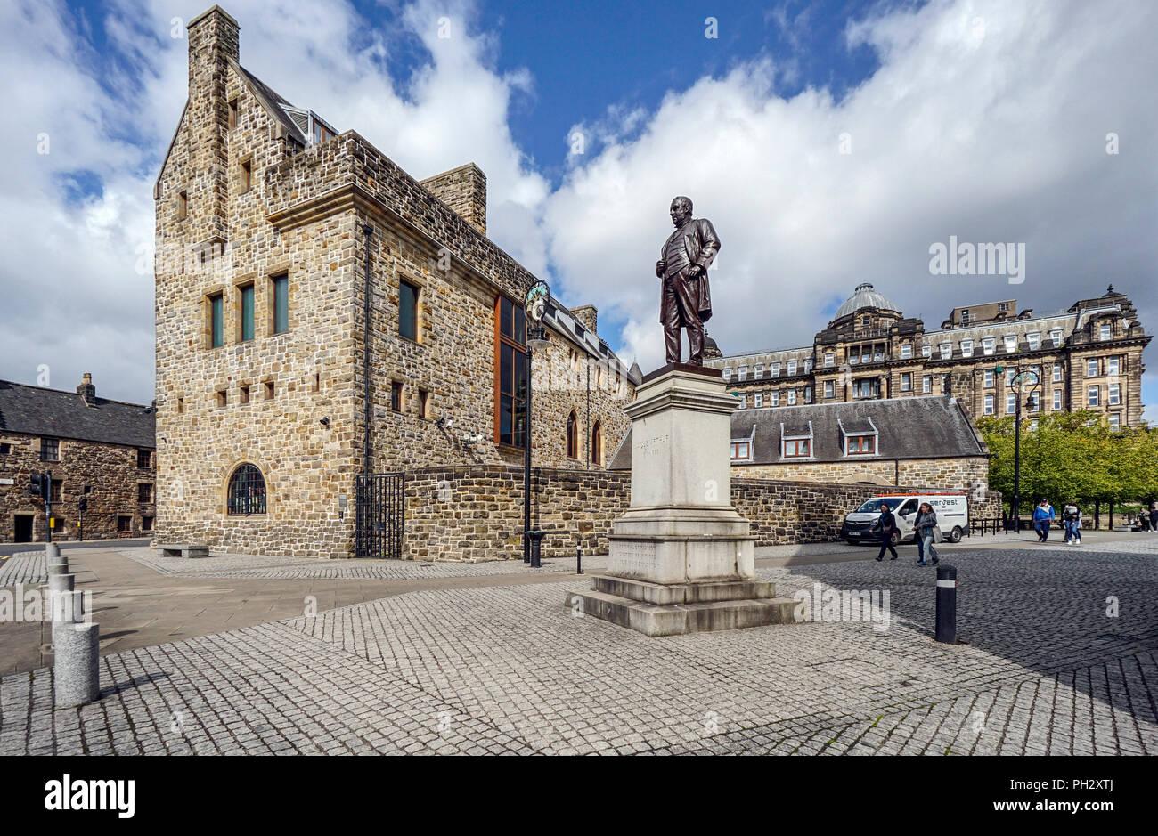 Statua di James Arthur davanti alla Basilica di San Mungo Museo di arte religiosa e la vita in Castle Street Glasgow Scotland Regno Unito Immagini Stock