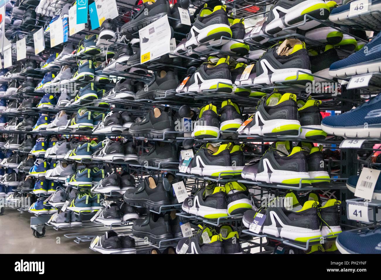 d86c012e6d890 Sneakers Display Shop Immagini   Sneakers Display Shop Fotos Stock ...