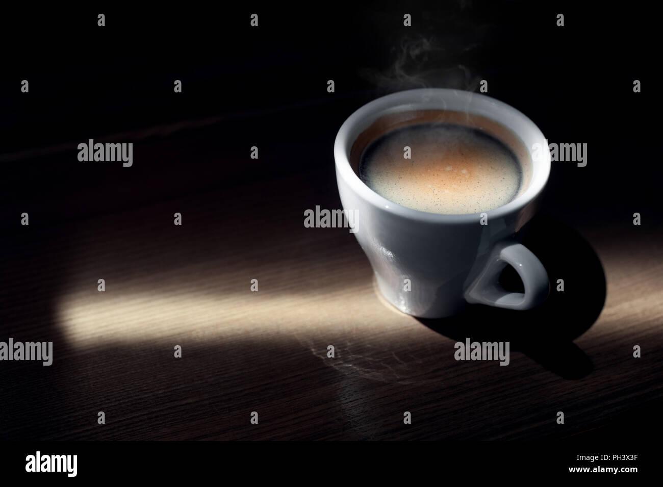 Caffè caldo tazza cappuccino con schiuma di latte su legno sfondo tabella Immagini Stock