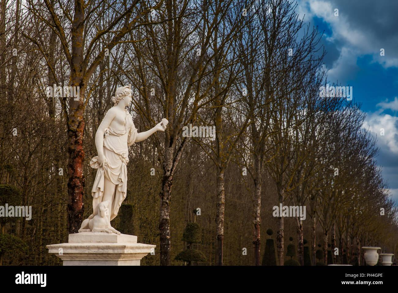 Parigi, Francia - Marzo 2018: il giardino del Palazzo di Versailles in un gelido inverno giorno appena prima della primavera Immagini Stock
